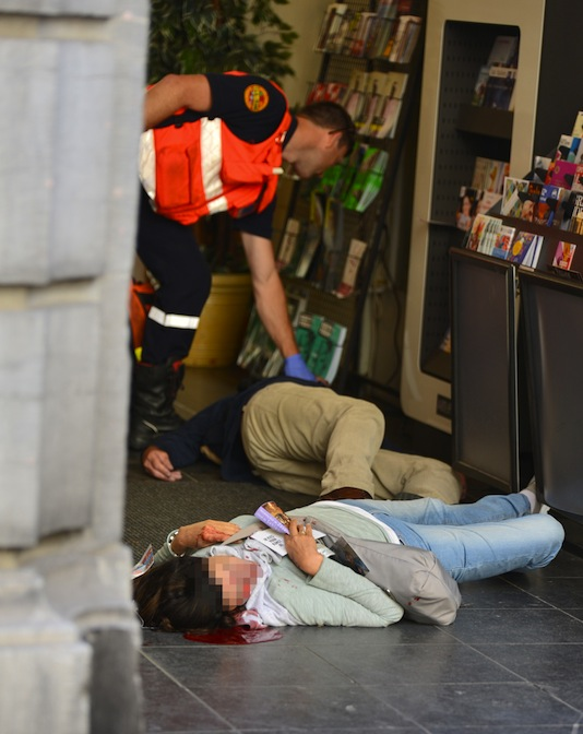 TOPSHOTS An emergency response worker checks the bodies of two victims of a shooting at a Jewish Museum in Brussels, on May 24, 2014. Three people were killed and one badly injured in a shoot-out today near the Jewish Museum in Brussels city centre, Belga news agency said, quoting firefighters' emergency services. AFP PHOTO / STRINGER